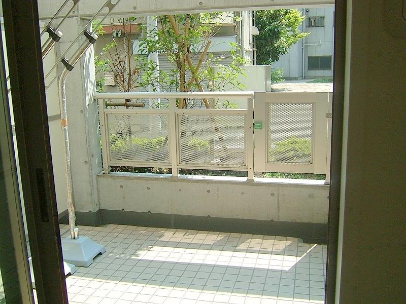 ベランダ、バルコニーの窓ガラスにフィルム施工でプライバシーを保護。