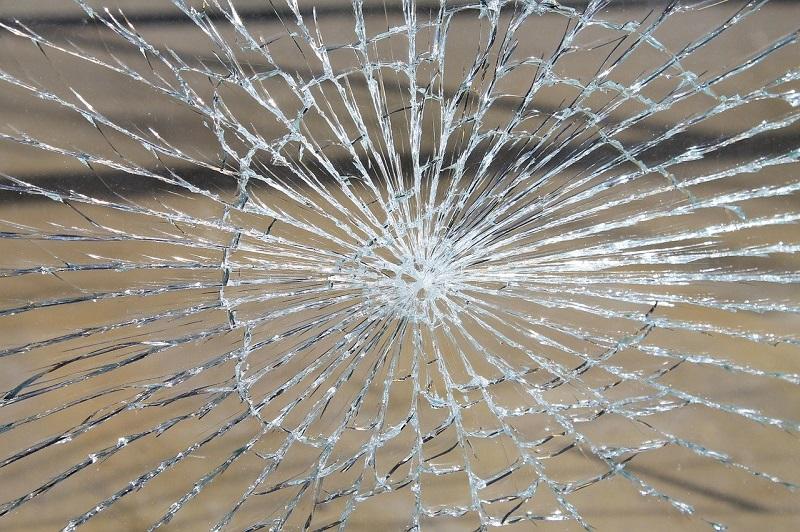 窓ガラスの飛散防止フィルムで台風や地震の災害被害の低減