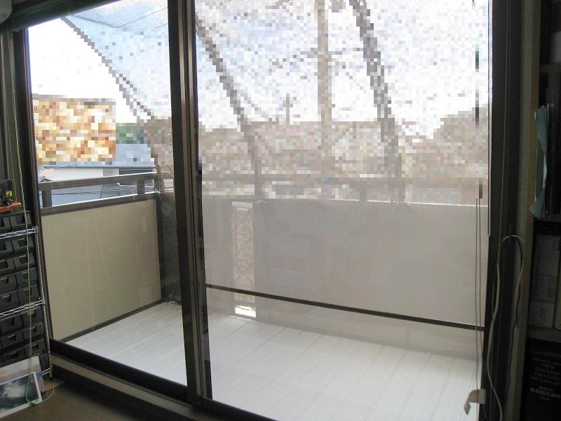 窓ガラスに飛散防止、紫外線カットフィルム施工