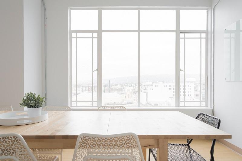 ミーティングルームと窓ガラス