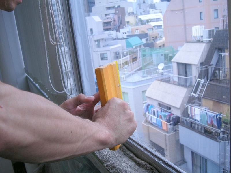 窓ガラスにガラスフィルムを施工