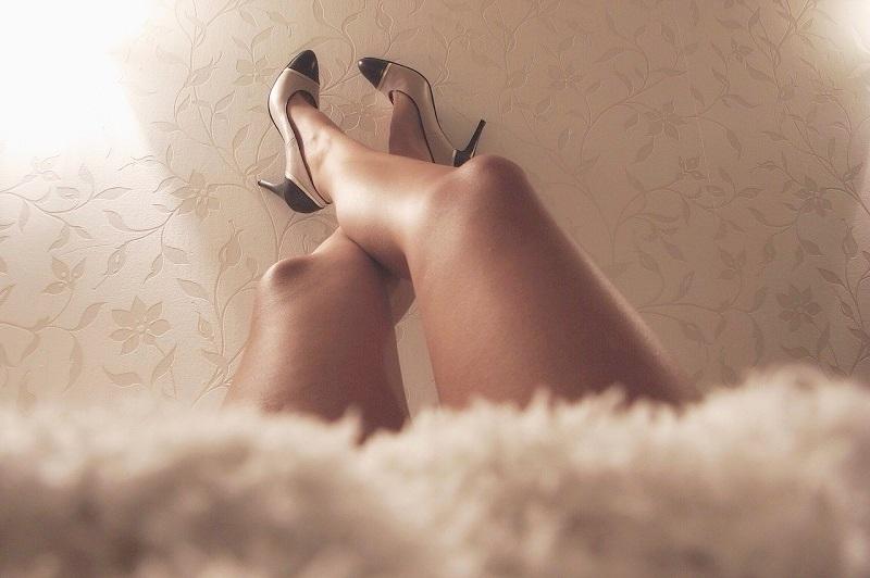 女性の両足