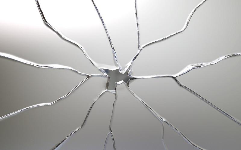 割れたフロートガラス