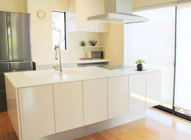 白いキッチンとIH