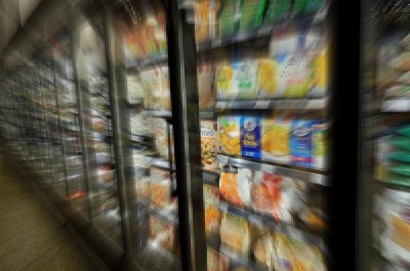 スーパーマーケットの冷凍食品ケースにRIKEGUARD RIVEX/リケガード リベックス/窓ガラス用抗ウイルス・抗菌フィルムを施工