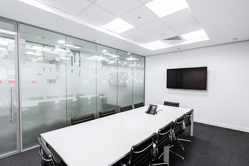 オフィスのミーティングルーム、パーテーションにデザインフィルム施工