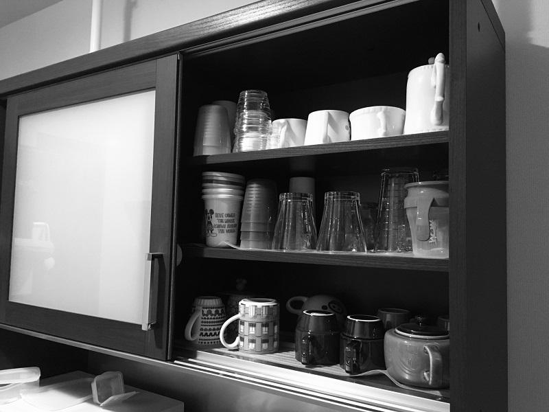 食器棚のガラス扉をガラスフィルムで目隠し