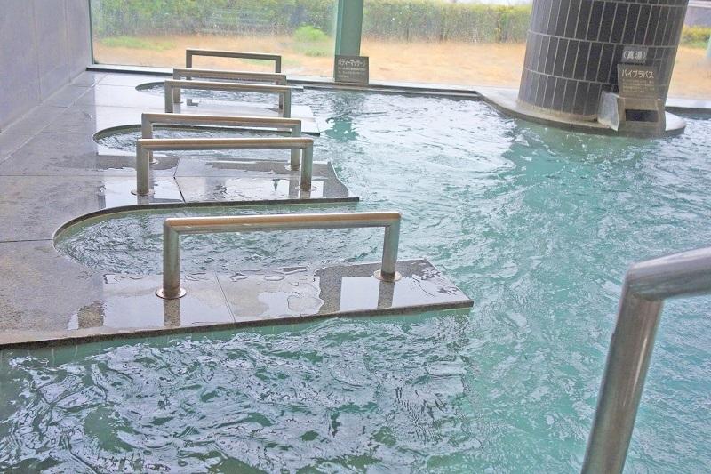 ホテル温泉の窓ガラス、鏡に付着するウロコ防止対策