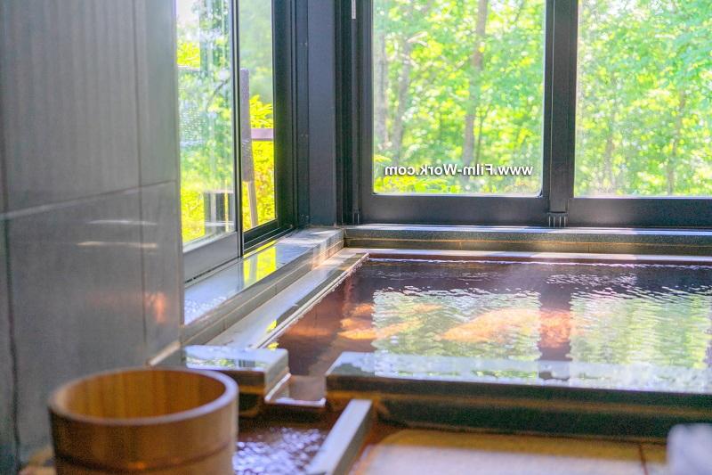 水垢防止フィルムで温泉施設の窓ガラス、鏡のウロコ/水垢防止対策