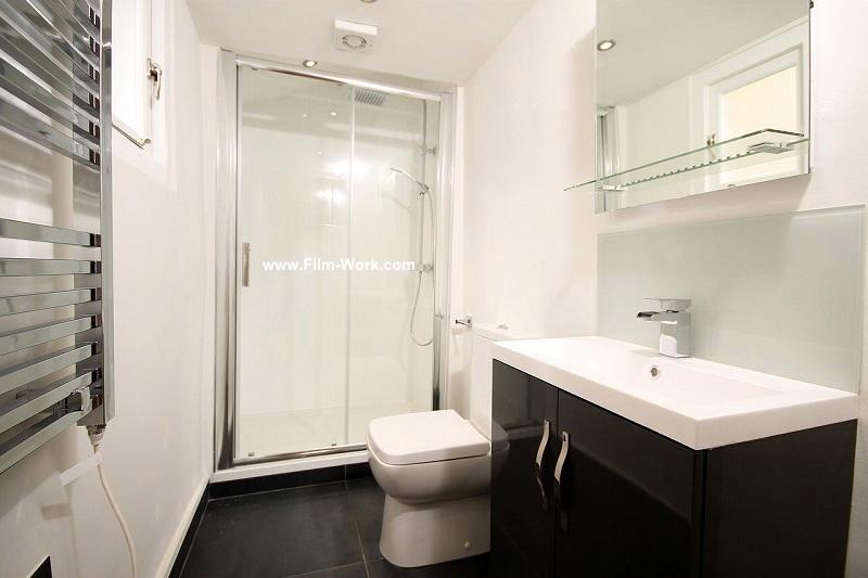 ガラス張りのシャワールームにガラスフィルム施工